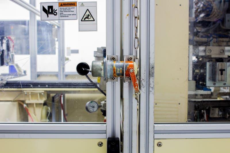 A tomada da segurança na porta da maquinaria da máquina usada no tempo de trabalho fotografia de stock royalty free