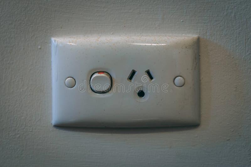 Tomada de poder da parede com o interruptor pintado branco fotos de stock