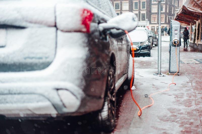 Tomada do carro bonde que carrega no inverno imagens de stock