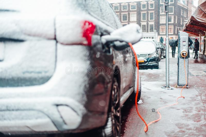 Tomada do carro bonde que carrega no inverno foto de stock