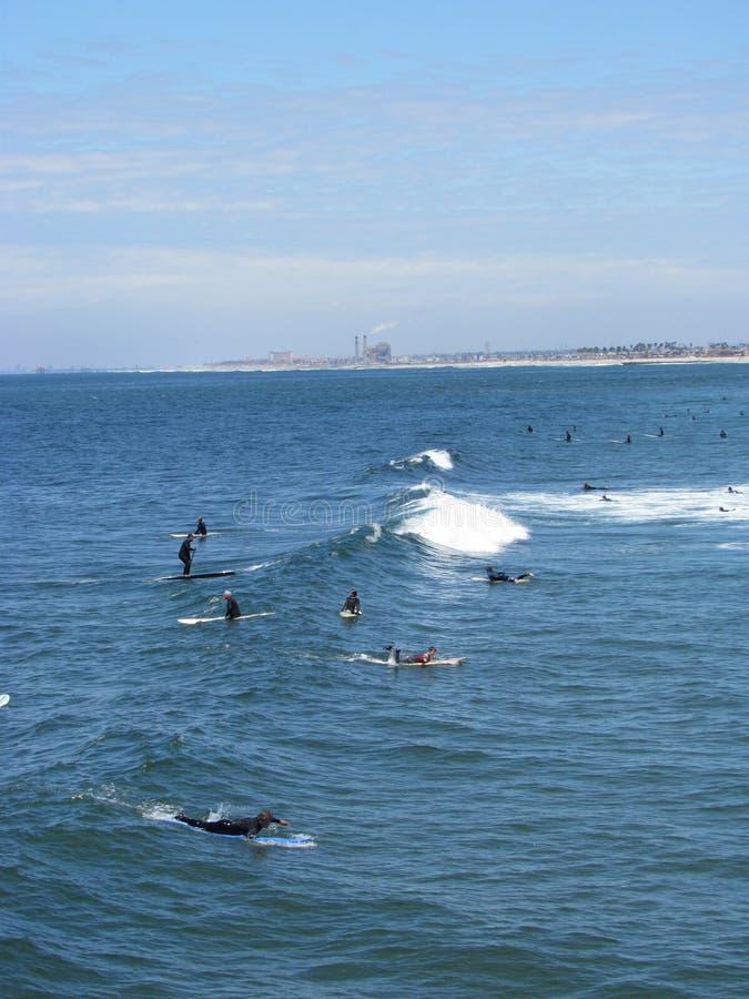 Tomada dos surfistas em ondas imagem de stock royalty free