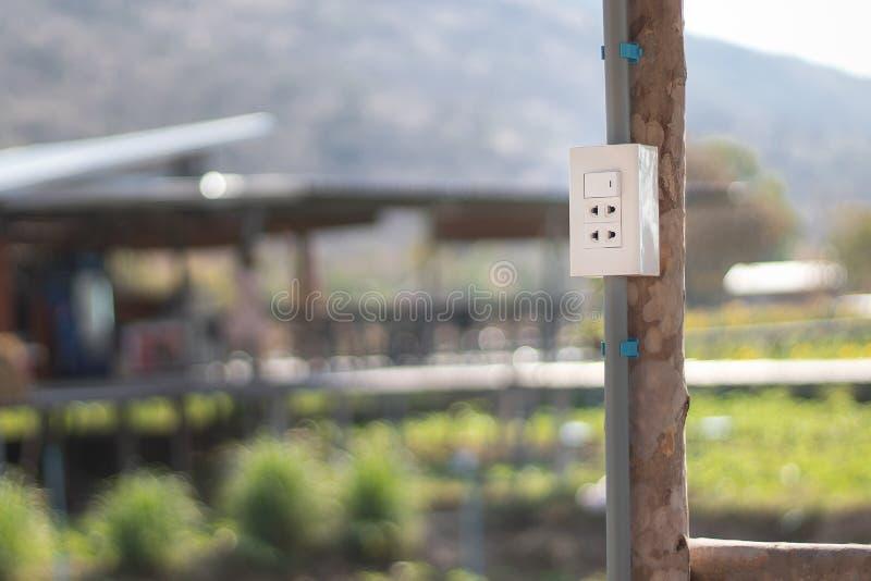 A tomada elétrica em uma casa de campo em uma exploração agrícola remota foto de stock royalty free