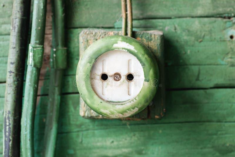 Tomada elétrica velha na parede de madeira imagem de stock royalty free