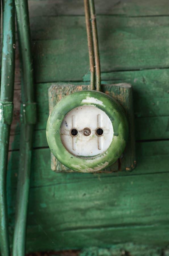 Tomada elétrica velha na parede de madeira fotos de stock royalty free