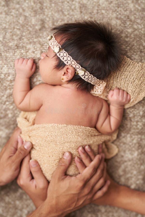 Tomando do bebê recém-nascido fotos de stock