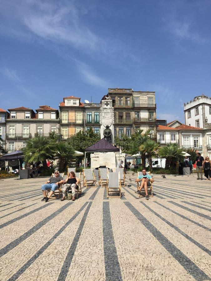 Tomando el sol en el centro de Oporto foto de archivo libre de regalías