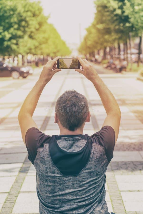 Tomando a foto com smartphone fotos de stock royalty free