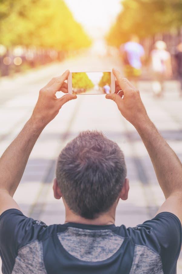 Tomando a foto com smartphone imagens de stock royalty free