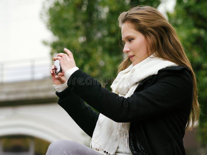 Tomando a foto com smartphone fotos de stock