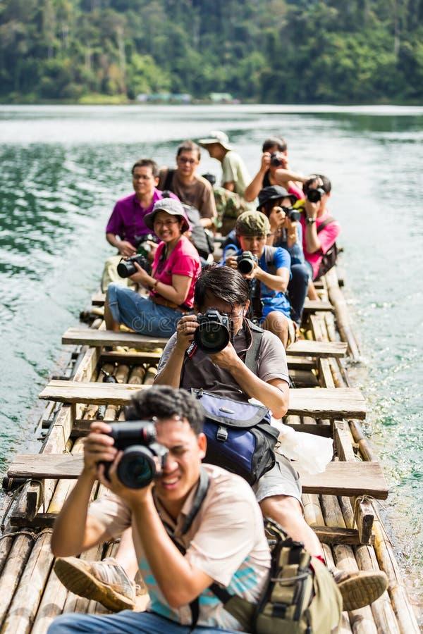Tomando a foto quando curso na jangada de bambu foto de stock royalty free