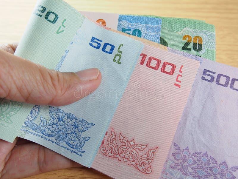 Tomando la clase de billetes de banco a disposición imagen de archivo