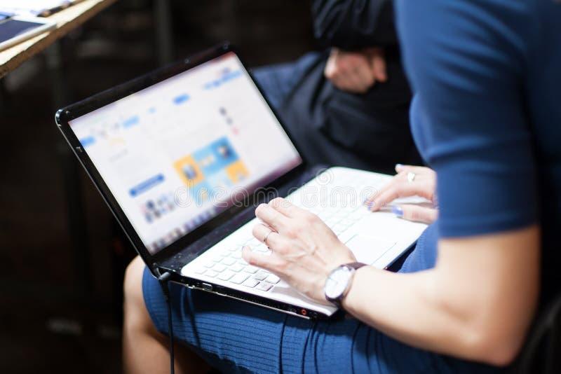 Tomando notas em uma tabuleta durante a reunião foto de stock
