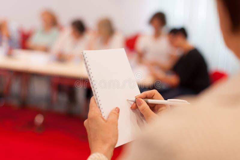 Tomando notas na reunião de negócios imagens de stock