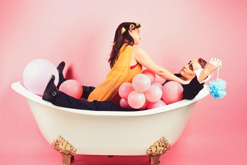 Tomando o banho luxuoso longo Acople de mimicam o homem e a mulher aprecia banhar-se Rotina da beleza e higiene pessoal cabelo foto de stock royalty free