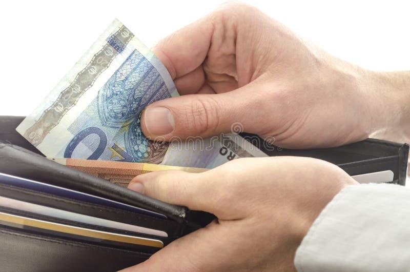 Tomando o dinheiro fora de uma carteira imagens de stock royalty free