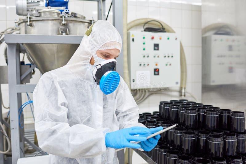 Tomando o inventário na fábrica farmacêutica fotos de stock