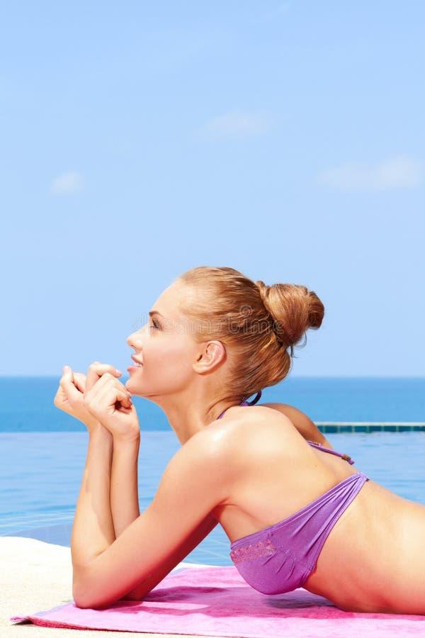 Tomando o sunbath no biquini imagem de stock royalty free