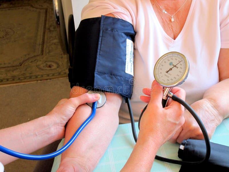 Tomando a pressão sanguínea imagem de stock royalty free
