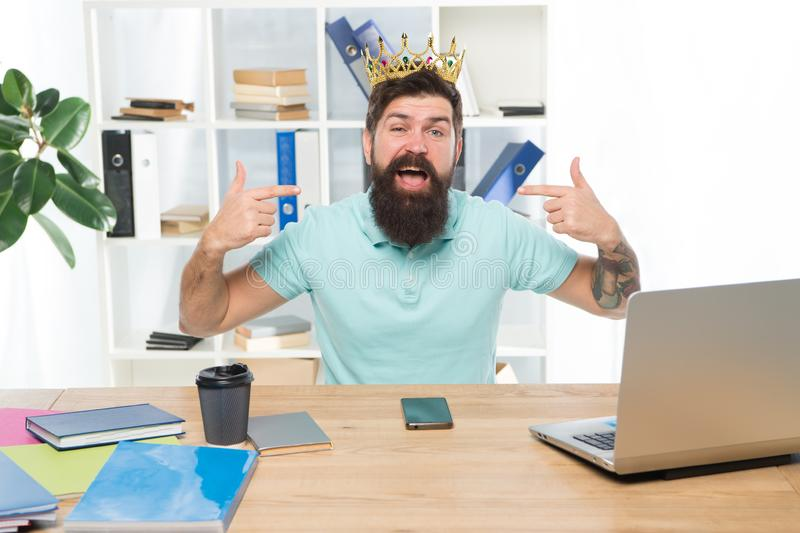 Tomando a responsabilidade das ações Homem de negócios desapontado arrogante com amor-próprio alto Complacente e orgulhoso fotos de stock