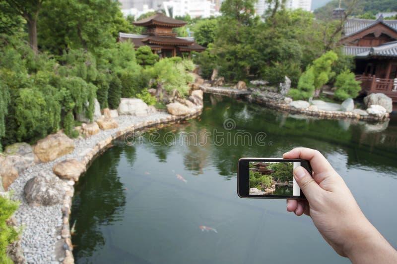 Tomando retratos com smartphone fotografia de stock