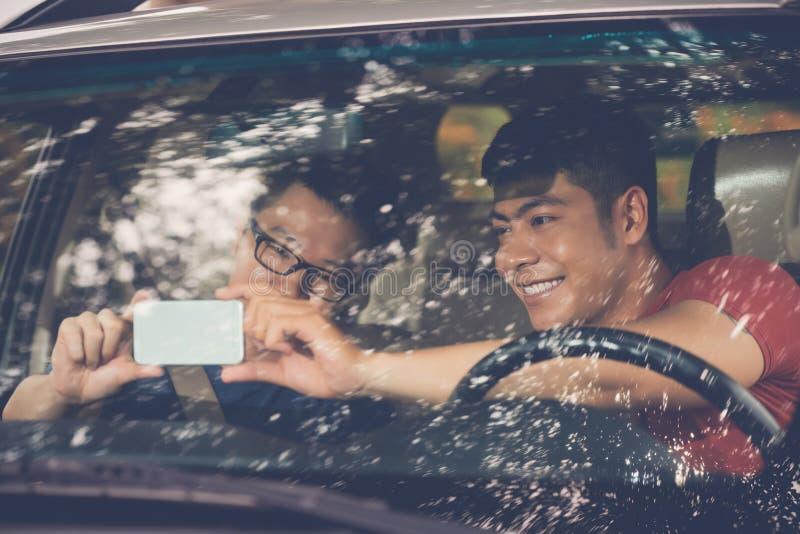 Tomando Selfie antes da viagem por estrada fotografia de stock