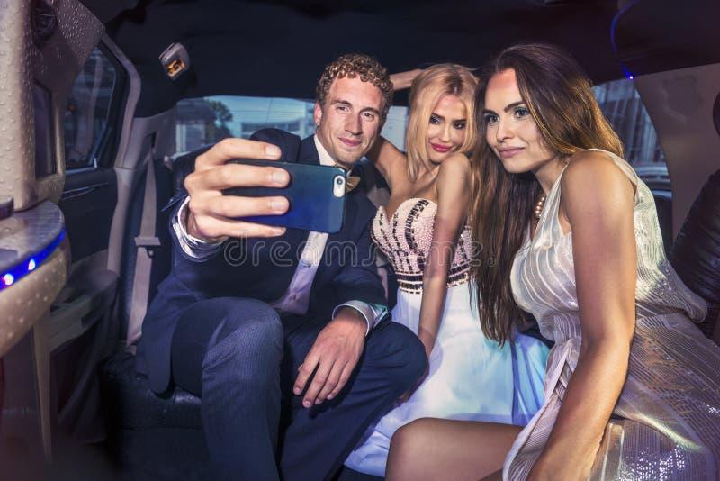 Tomando um selfie na parte de trás de uma limusina imagem de stock royalty free