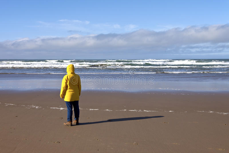 Tomando uma caminhada na costa de Oregon foto de stock