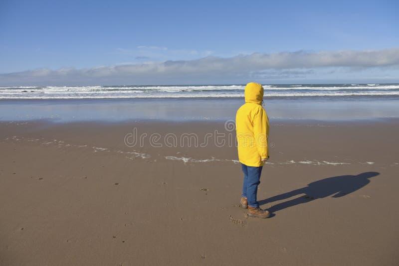 Tomando uma caminhada na costa de Oregon fotos de stock