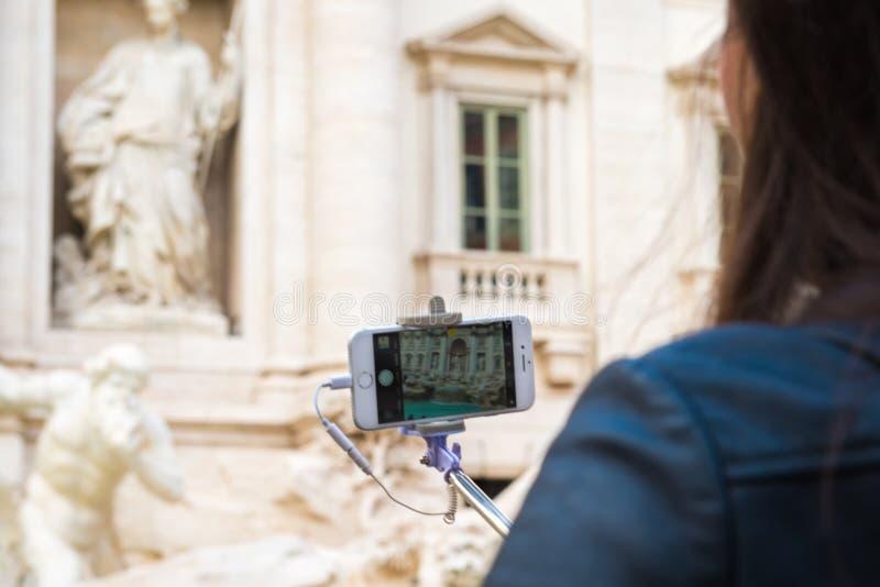 Tomando uma foto de Fontana di Trevi fotografia de stock royalty free