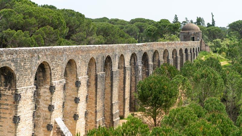 Tomar渡槽在templar城堡附近的 Tomar,葡萄牙 库存照片