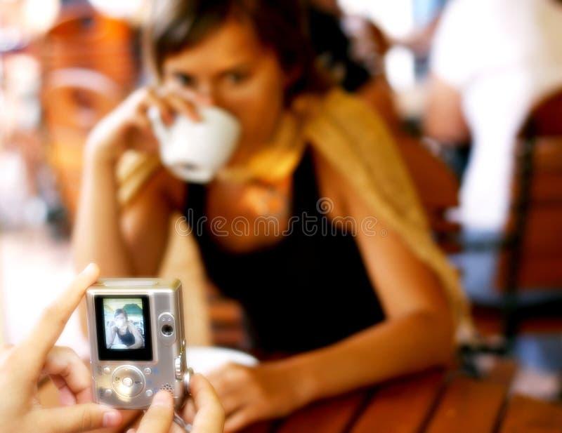 Tomar cuadros en la mesa de centro fotografía de archivo libre de regalías