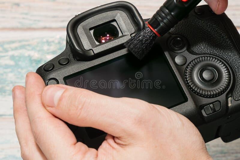 Tomar el cuidado de la exhibición del LCD de la cámara imagen de archivo