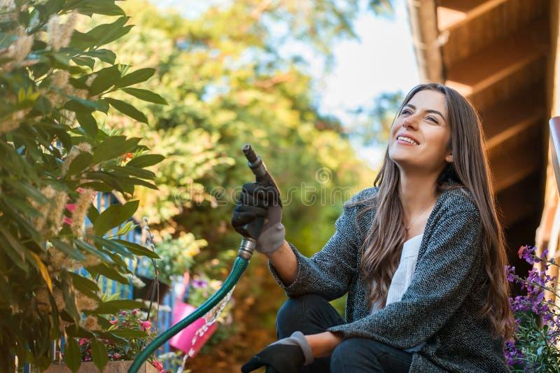 Tomar el cuidado del jardín del patio trasero foto de archivo