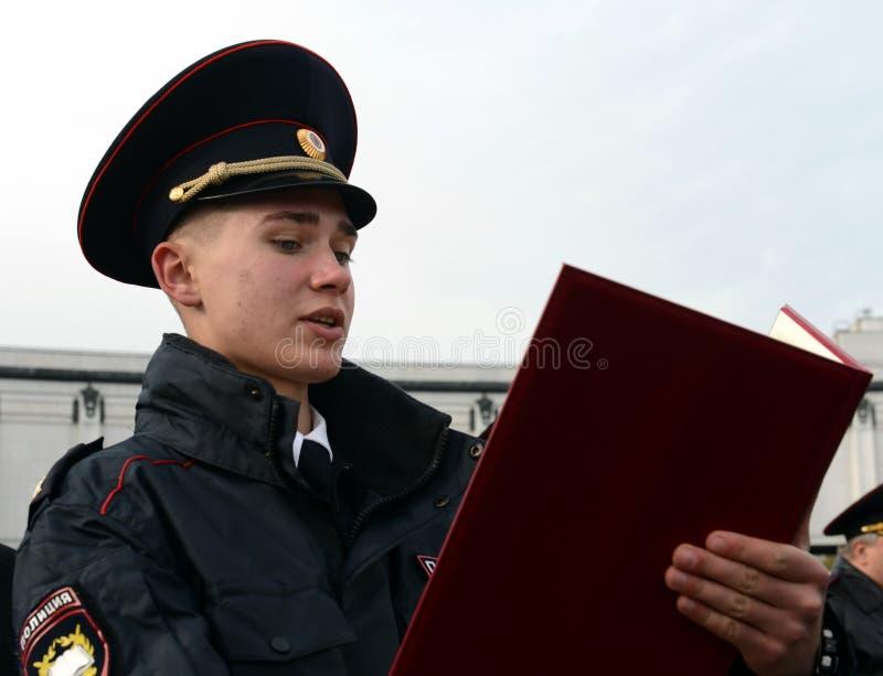 Tomar el juramento de los cadetes de la policía de la universidad de la ley del ministerio de asuntos internos de Rusia foto de archivo libre de regalías
