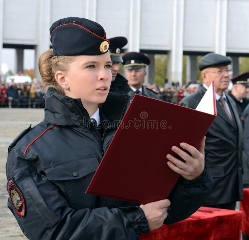 Tomar el juramento de los cadetes de la policía de la universidad de la ley del ministerio de asuntos internos de Rusia foto de archivo