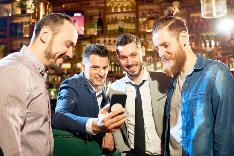 Tomar el selfie con los mejores amigos foto de archivo libre de regalías