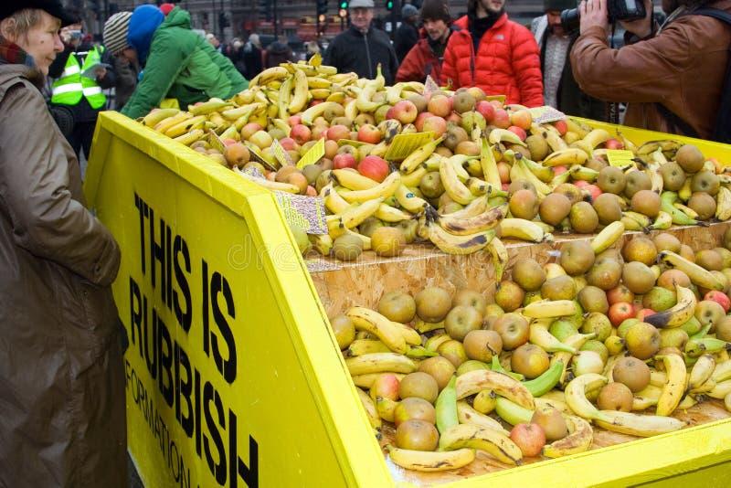 Tomar la fruta en el alimento libre, cuadrado de Trafalgar fotografía de archivo