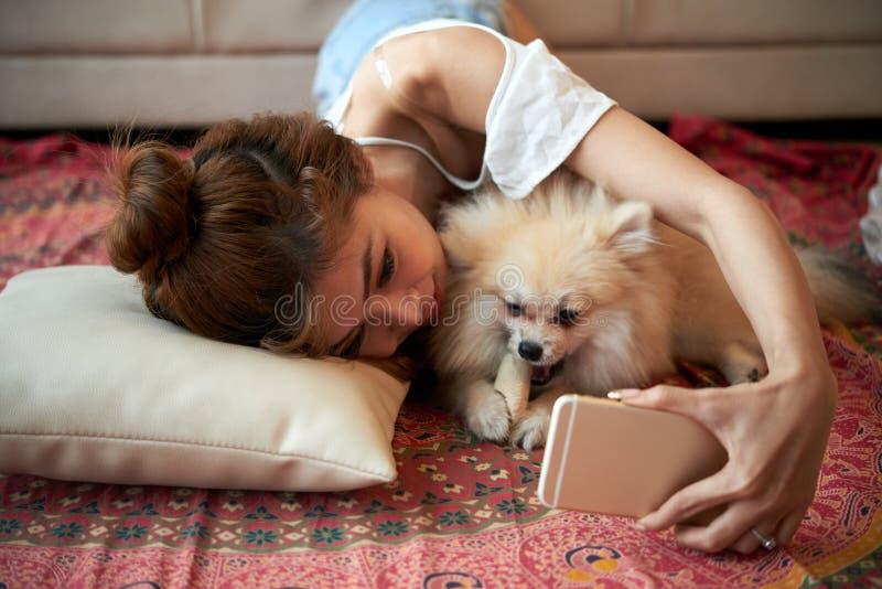 Tomar las fotos con el perro imágenes de archivo libres de regalías