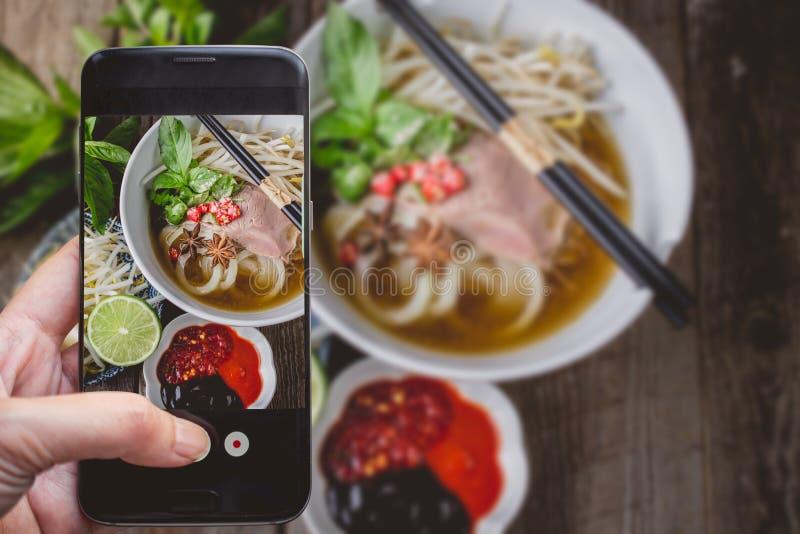 Tomar una foto por el finger que presiona en Smartphone para la fotografía P imagen de archivo libre de regalías