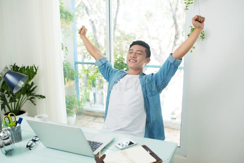 Tomar una rotura del asunto Hombre de negocios asiático hermoso sonriente imágenes de archivo libres de regalías