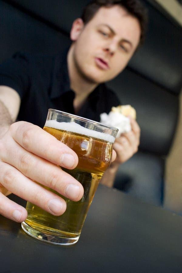 Tomar-uno-cerveza fotografía de archivo libre de regalías