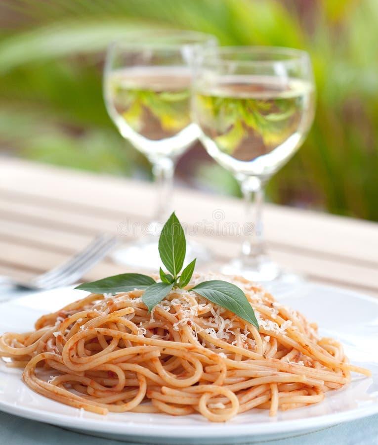 tomat för spagetti för basilikagaffelsås royaltyfria foton
