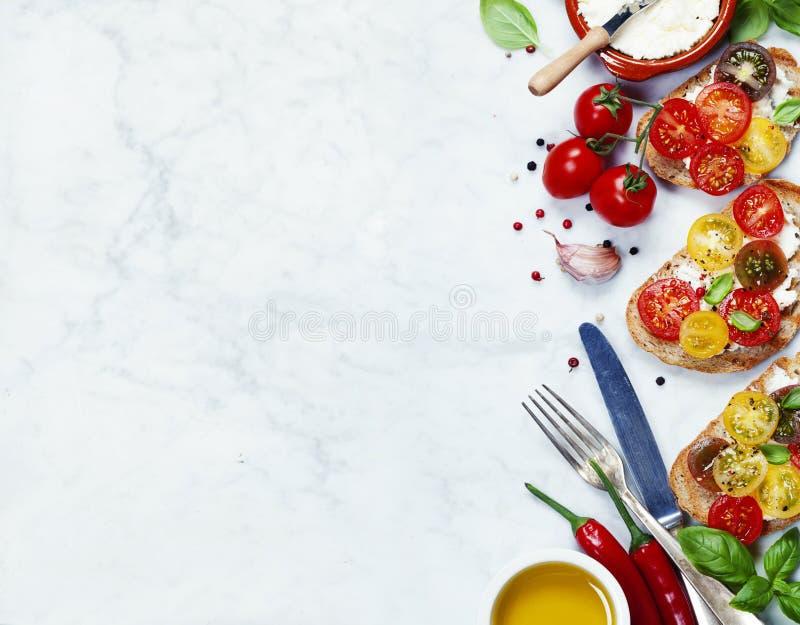 Tomat- och basilikasmörgåsar arkivfoton