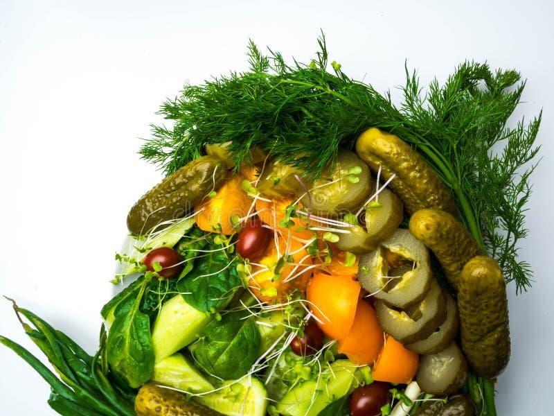 Tomat- och gurkasallad med microgreens, dill, spenat fotografering för bildbyråer