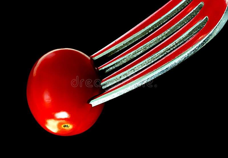 Tomate auf Gabel stockfotografie