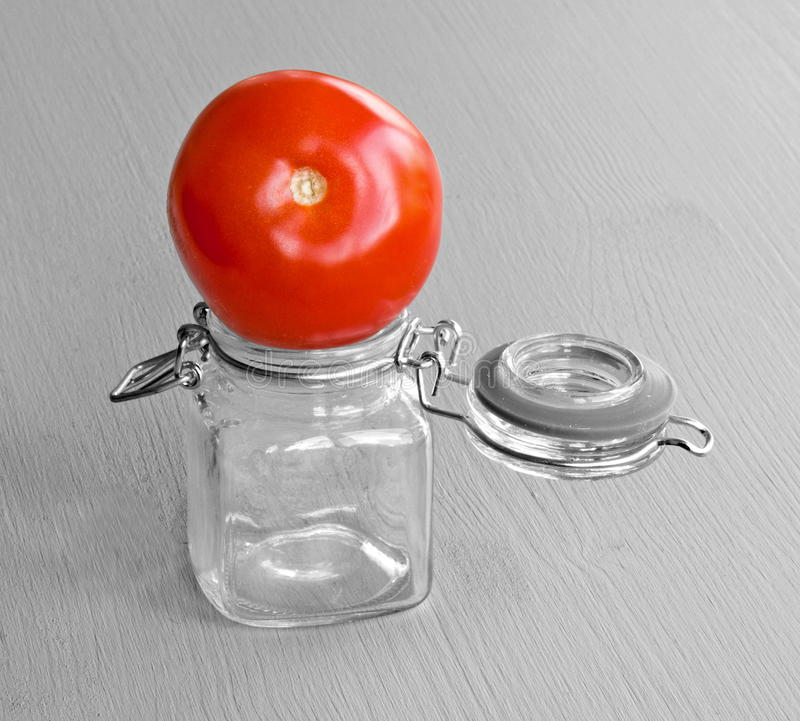 Tomate auf Glas lizenzfreie stockfotos