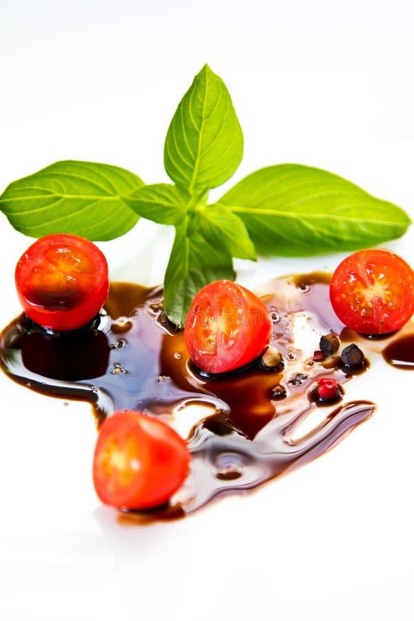 Tomate avec Basil et le habillage balsamique photo stock