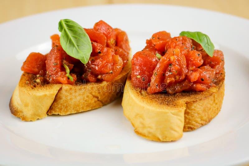 Tomate & Basil Bruschette frescos imagem de stock royalty free