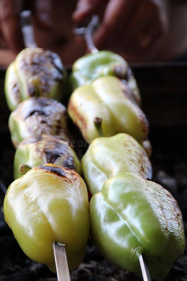 Tomate & batata Saboroso, delicioso, apetitoso, saudável vegetais Madeira-ateados fogo da grade Vegetais assados Cozinhado no esp fotos de stock