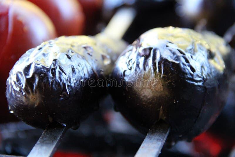 Tomate & batata Saboroso, delicioso, apetitoso, saudável vegetais Madeira-ateados fogo da grade Vegetais assados Cozinhado no esp imagens de stock